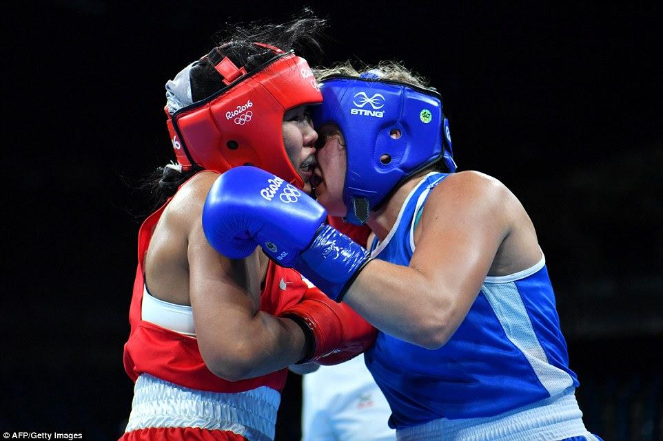 do Cazaquistão Dariga Shakimova vai face a face com a canadense Ariane Fortin-Brochu no boxe peso médio das mulheres