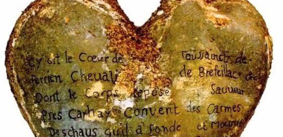 Urna de plomo en forma de corazón con una inscripción en la que se identifica la pertenencia del corazón a Toussaint Perrien, Caballero de Brefeillac.\r\n \r\n