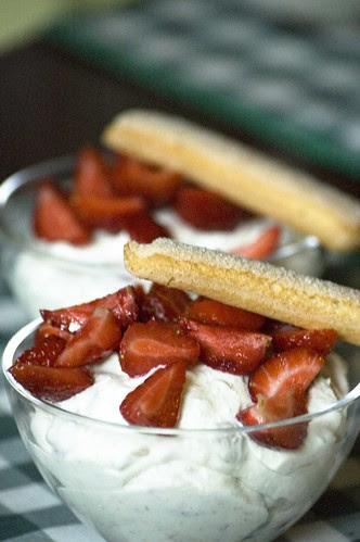 kohupiimamagustoit maasikatega