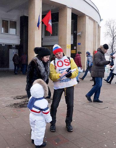 学员们在街上征签