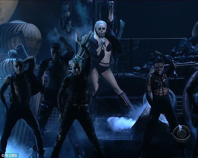 Desempenho Lively: Gaga - que foi indicado em duas categorias-chave, incluindo álbum do ano - foi acompanhado por um exército de dançarinos de apoio