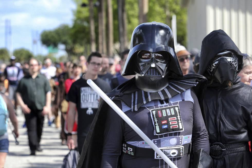 Seguidores de Star Wars acceden a la Star Wars Celebration 2017 de Orlando.