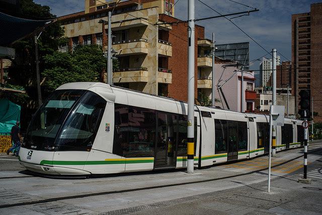 Modernos tranvías forman parte del Sistema Integrado de Transporte de Medellín, la segunda ciudad de Colombia, un modelo de movilidad sostenible en que la gestión institucional se apoya en lo privado y el control social contribuye al éxito. Crédito: Federico Ríos/IPS