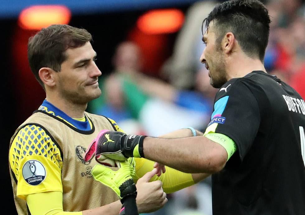 Buffon y Casillas se abrazan tras el partido.