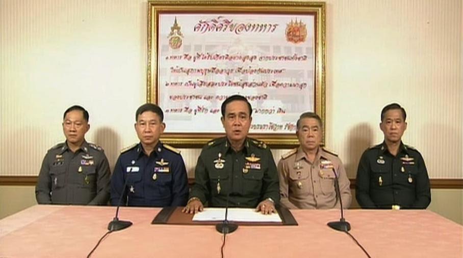 Le chef de l'armée thaïlandaise Prayut Chan-O-Cha, entouré de hauts gradés, annonce à la télévision un coup d'Etat en Thaïlande,le 22 mai 2014.