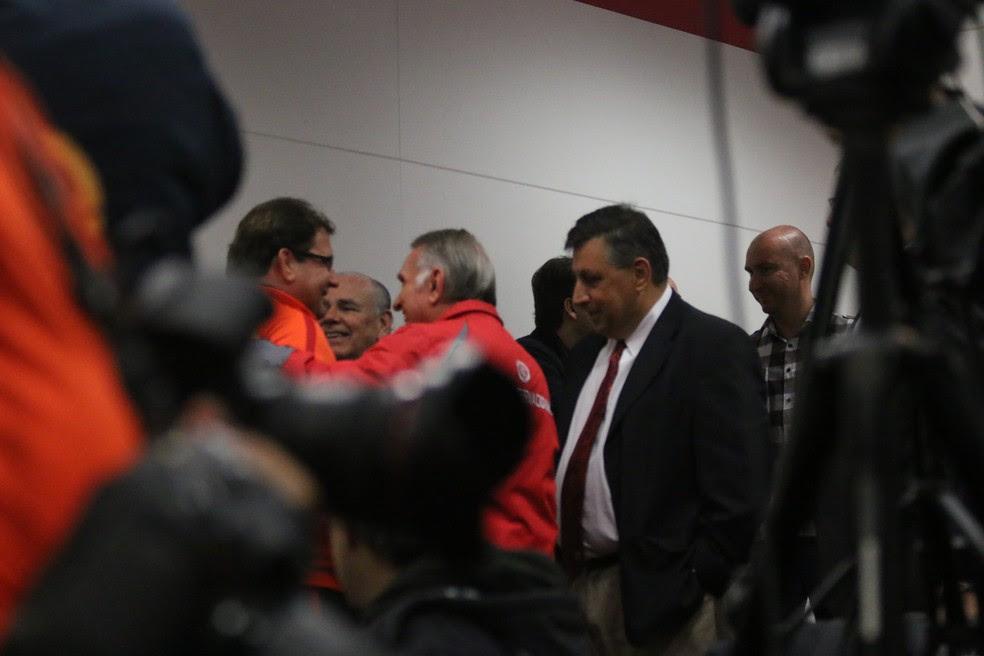 Guto foi abraçado por funcionários, conselheiros e diretores (Foto: Eduardo Deconto)