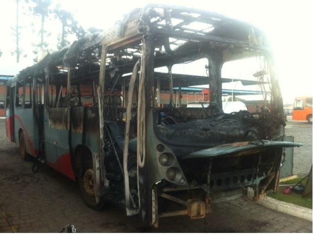 Um dos veículos ficou totalmente destruído  (Foto: Eduardo Scola / RPC TV)