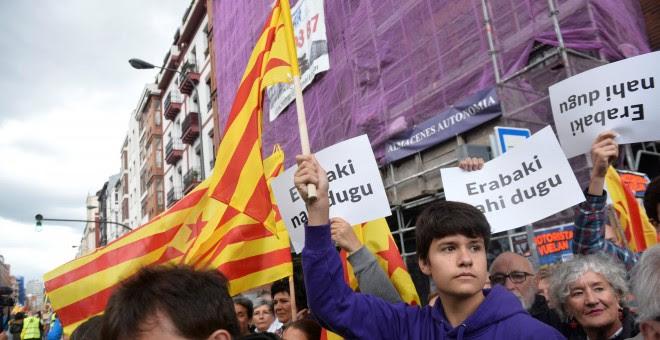Un manifestante en Bilbao con una bandera catalana y una pancarta en vasco en la que se lee 'Quiero decidir', durante la marcha convocada por Gure Esku Dago. REUTERS/Vincent West