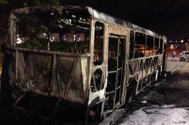 Ônibus do transporte público é incendiado em Florianópolis Osvaldo Sagaz/Agência RBS