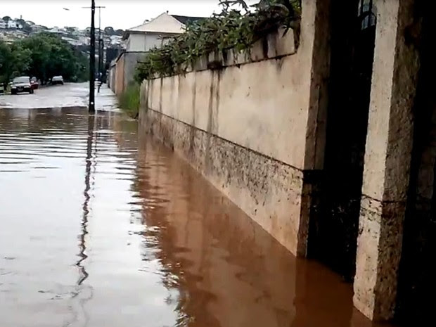 Rua ficou alagada no Bairro Lago do Solar, em São Lourenço (Foto: Rogério Brasil/Popular Net)