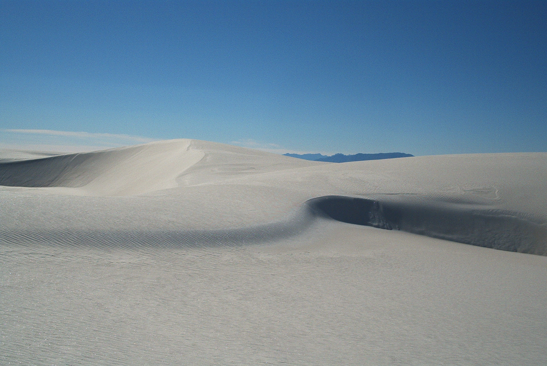 http://upload.wikimedia.org/wikipedia/commons/b/b8/Dunes_as_White_Sands_NM.jpg