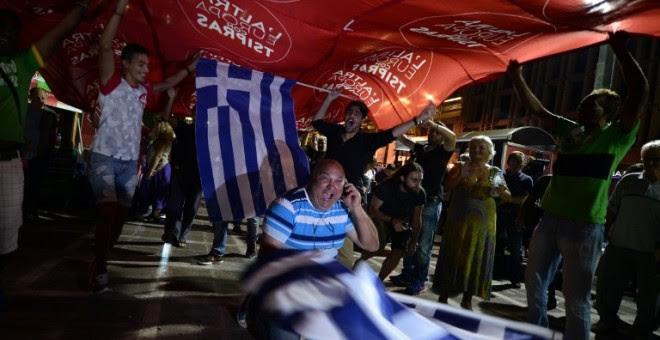 Seguidores de Syriza celebran la victoria de la formación de Tsipras en el centro de Atenas. - AFP