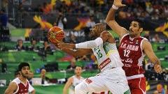 Leandrinho vai para a bandeja contra a seleção do Irã no Mundial de basquete