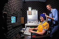James Penland realiza una electroencefalograma en una voluntaria sentada delante de una computadora. Enlace a la información en inglés sobre la foto