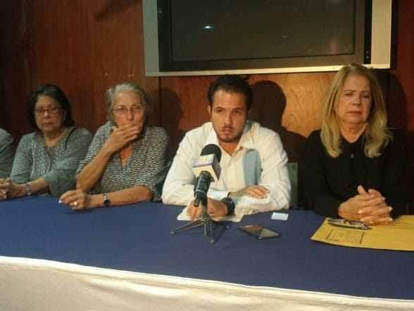 Claudio Caamaño Velez y la Familia Caamaño en rueda de prensa.