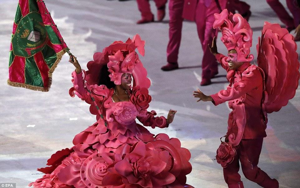 Os membros de uma escola de samba entrar no estádio durante a Cerimônia de Abertura dos Jogos Olímpicos Rio 2016 no Estádio do Maracanã