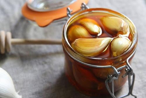 Hỗn hợp giấm táo và tỏi có khả năng trị tàn nhang hiệu quả tại nhà