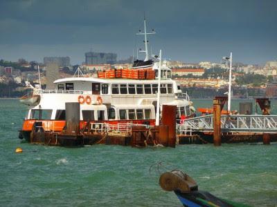 Uma das propostas do governo passa por aumentar a tarifa dos barcos que fazem a travessia entre Lisboa e a Trafaria, em Almada. Foto de p_valdivieso, Flickr.