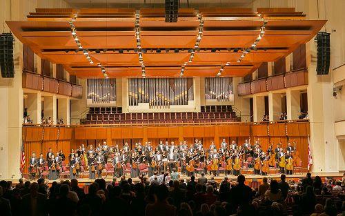 圖1:神韻交響樂團於二零一五年十月十一日晚蒞臨華盛頓的肯尼迪藝術中心音樂廳。觀眾長時間起立,掌聲雷動,神韻指揮家帶領樂團又加演了兩首曲目。