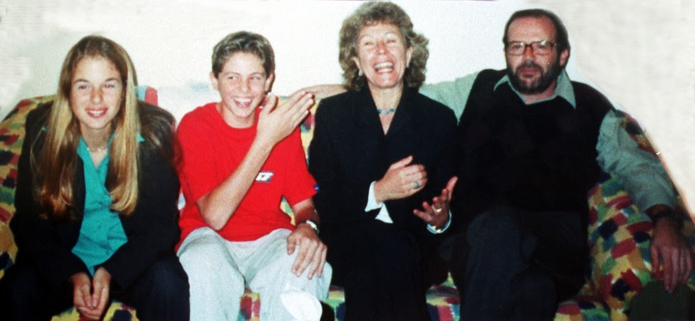 Reprodução de foto da família Richthofen. Da esquerda para a direita: Suzane von Richthofen, o irmão Andreas Albert von Richthofen e os pais Marísia von Richthofene e Manfred Albert von Richthofen (Foto: Sérgio Castro/Estadão Conteúdo/Arquivo)