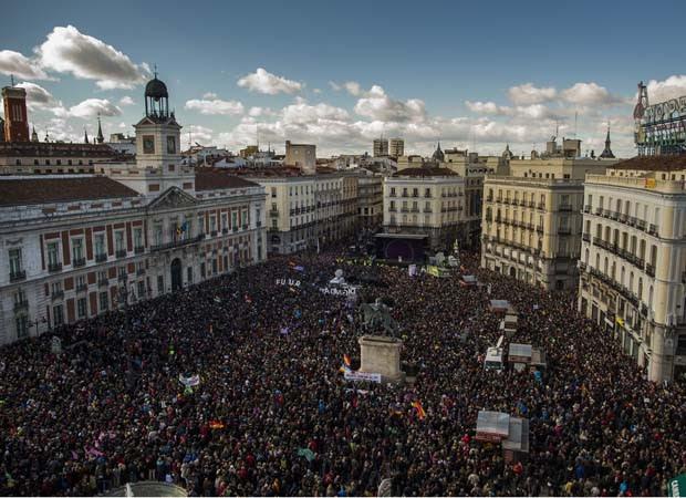 Principal praça de Madri, na Espanha, foi tomada por manifestantes durante protesto contra austeridade fiscal (Foto: Andres Kudacki/AP)