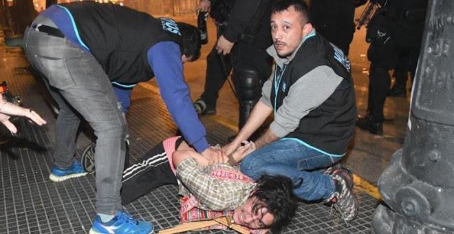 Policías argentinos detienen a un manifestante durante los disturbios registrados finalizada la marcha para reclamar la aparición con vida del joven Santiago Maldonadoen la Plaza de Mayo de Buenos Aires (Argentina). EFE/TÉLAM/Raúl Ferrari