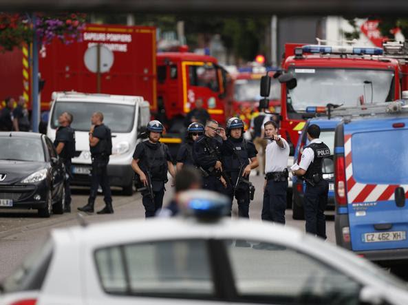 Francia, attentato in chiesa a RouenPerché in un luogo di culto, perchécon i coltelli e perché gli ostaggi: l'analisi