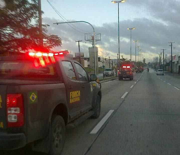 Leitor registrou o momento em que viaturas da Força Nacional passavam pela Avenida Recife. Foto: Reprodução/ WhatsApp