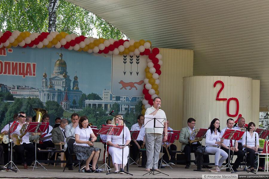 Духовой оркестр играет в парке. Последний звонок в Саранске