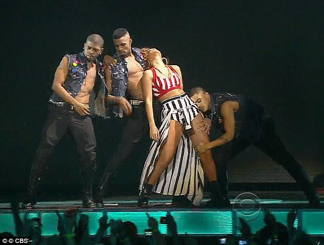 Sensual: Ela executou uma rotina sexy com seus dançarinos de apoio masculino