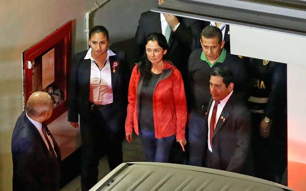 O ex-presidente peruano Ollanta Humala (segundo, à direita) e sua mulher, Nadine Heredia, se entregam em Lima (Foto: Luka Gonzales / AFP Photo)