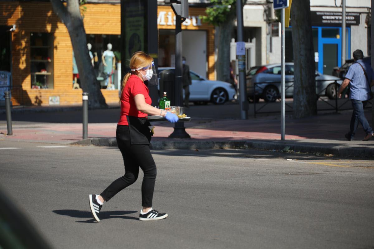 Una trabajadora de la hostelería en Madrid