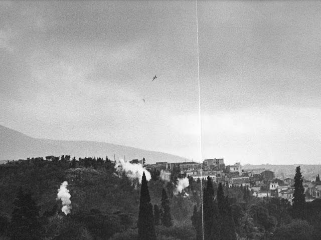"""""""...Aυτά τα δέντρα δε βολεύονται με λιγότερο ουρανό, αυτές οι πέτρες δε βολεύονται κάτου απ' τα ξένα βήματα""""... Γ. Ρίτσος Βρετανικά πολεμικά αεροπλάνα στον ουρανό της Αθήνας"""