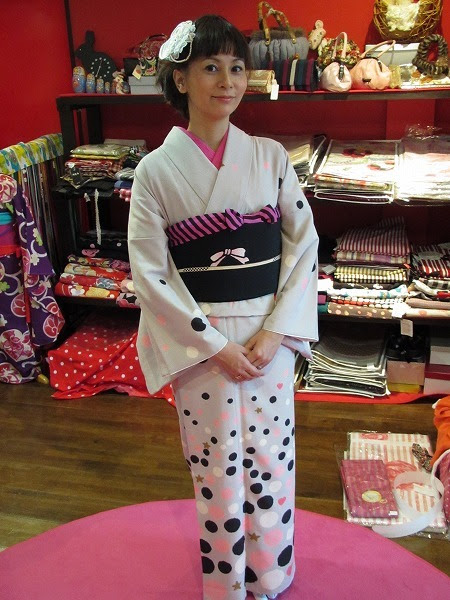 Look how well the striped obiage plays against the spots on the kimono of similar color. The controlled color family (white, pink, black) is a smart way to keep this kimono from looking too silly.