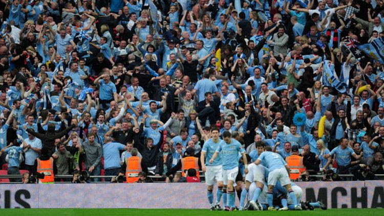 Fans Manchester City rayakan gol dari yaya Toure. Copyright: © Jamie McDonald/Getty Images