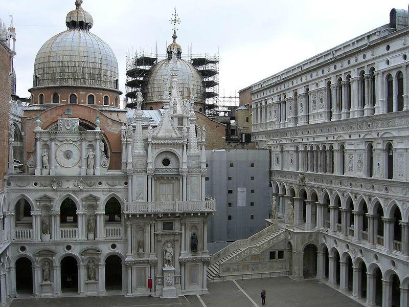3. Осмотреть Дворец дожей<br>Если вы приехали в Венецию, то вы обязательно зайдете на площадь Сан-Марко. А если вы зашли на площадь Сан-Марко, то вы уж точно зайдете во Дворец дожей, даже несмотря на огромные очереди из желающих осмотреть это величественное здание. Дворец служил резиденцией венецианским дожам на протяжении почти десяти веков, вплоть до 1797 года, когда Наплоен оккупировал Венецию и упразднил этот титул. Над созданием самого дворца и его интерьеров трудились талантливейшие мастера Италии. Кроме великолепных залов, каждый из которых является произведением искусства, во дворце было еще две страшных тюрьмы: одна в подвале, а другая под самой свинцовой крышей дворца.
