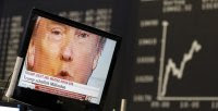 Una pantalla muestra la cara de Trump enfrente del índice de la Bolsa de Frankfurt. /REUTERS