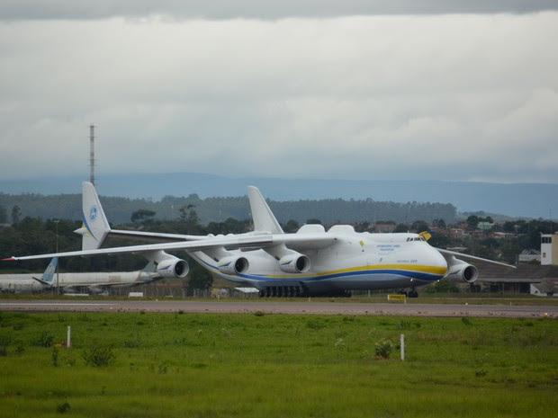 Antonov pousou nesta manhã de segunda-feira (Foto: Roberta Steganha/ G1)