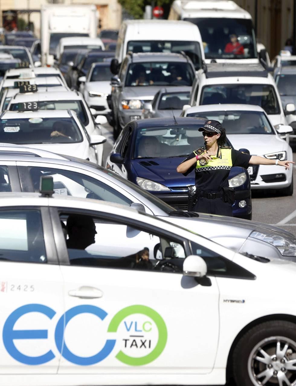 Una guardia urbano ordena el tráfico en Valencia