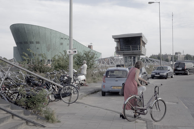 Women with cycle behind the Nemo