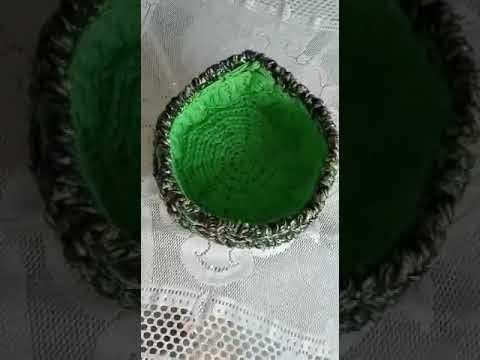 Cesto duplo, em crochê, confeccionado fio de malha, de cores distintas, diferentes, entre si.