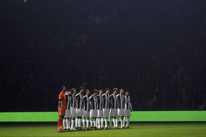 Na penumbra, Juventus faz minuto de silêncio em homenagem à Chapecoense antes de partida contra Atalanta, em Turim (Foto: REUTERS/Giorgio Perottino)