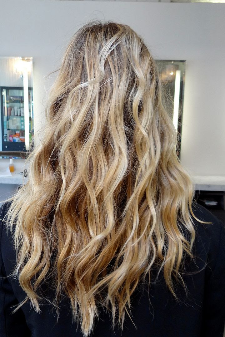Le Fashion Blog -- Hair Inspiration -- Long Beachy Blonde Waves -- Via Neil George Salon -- Back View -- photo Le-Fashion-Blog-Hair-Inspiration-Long-Beachy-Blonde-Waves-Back-Via-Neil-George-Salon.jpg
