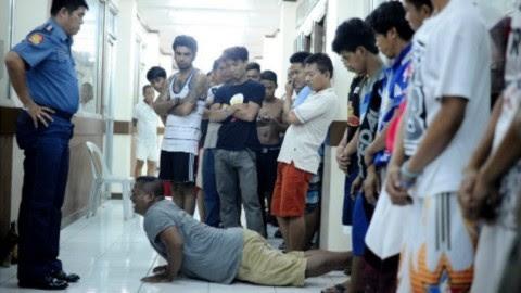 Filipino paga flexões após violar lei seca