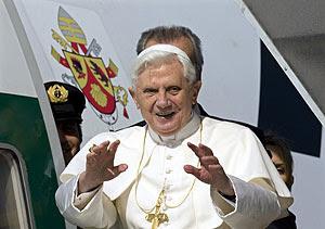 Benedicto XVI saluda desde el avión en el que viaja a África. (Foto: Reuters)