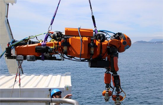 Robô humanoide caça tesouros no oceano