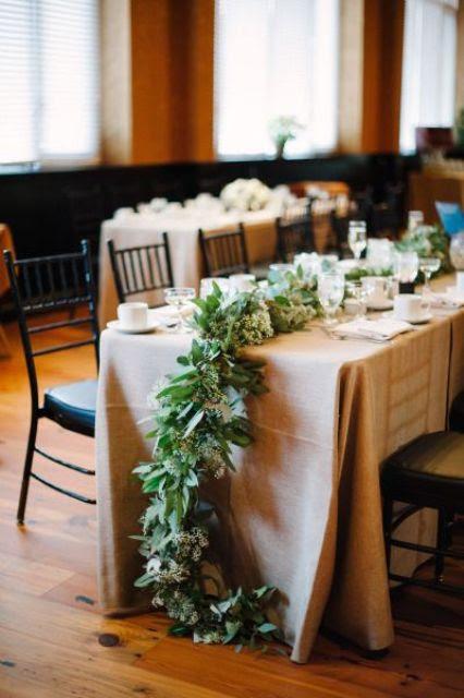 eine üppige cascading grün und neutral Blüte Tischläufer für einen schneereichen winter Hochzeit