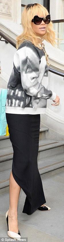 Um ícone: Rihanna estava usando um jumper com um retrato de Elizabeth Taylor em