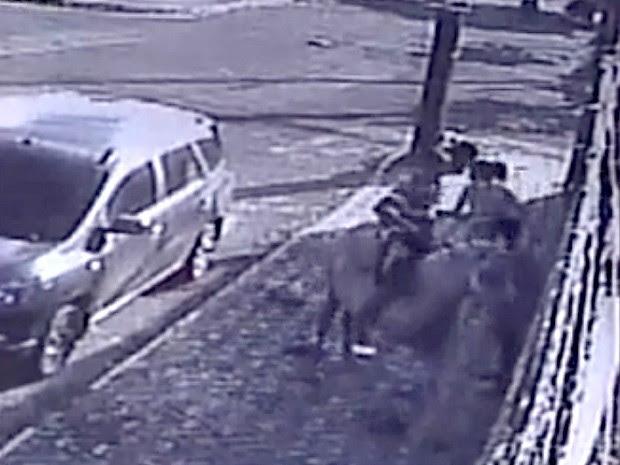 Segundo policiais, pessoas que aparecem nas imagens são adolescentes (Foto: Polícia Civil/Divulgação)