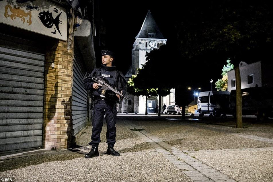 polícia de choque franceses guardam a rua na terça-feira à noite que leva à igreja de Saint-Etienne-du-Rouvray onde um fatal incidente tomada de reféns aconteceu, perto de Rouen